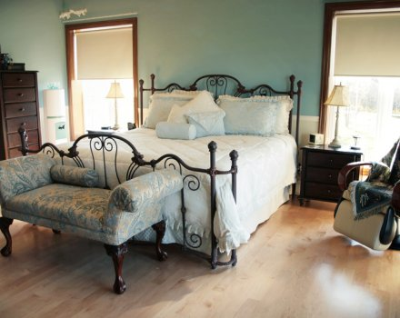 blue_victorian_bedroom.jpg